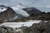 Wandernde Menschen im Schnee, Foto von Helmut Liebelt
