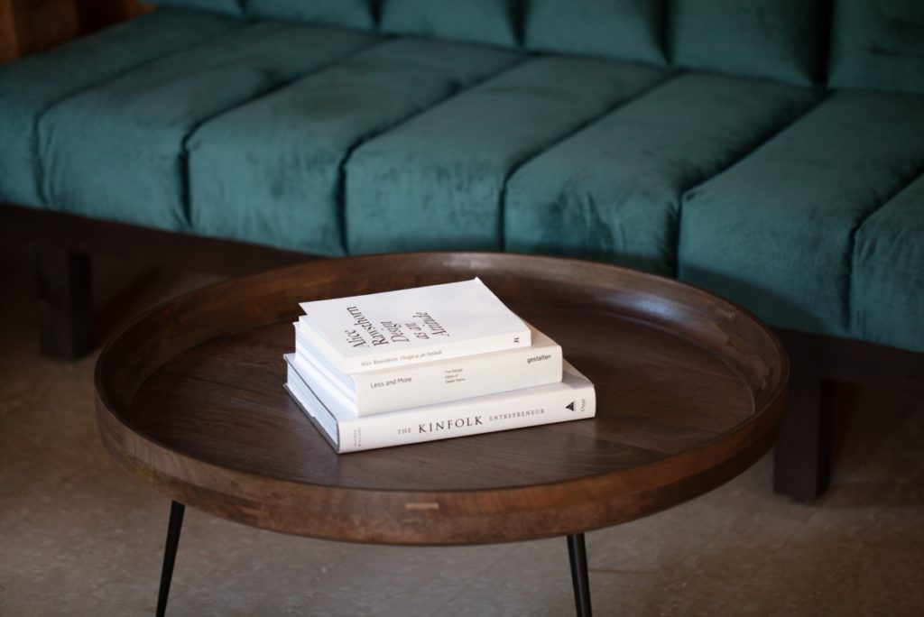 Buch auf Tisch mit Couch