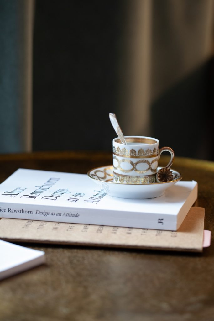 Bücher mit Tasse auf Tisch