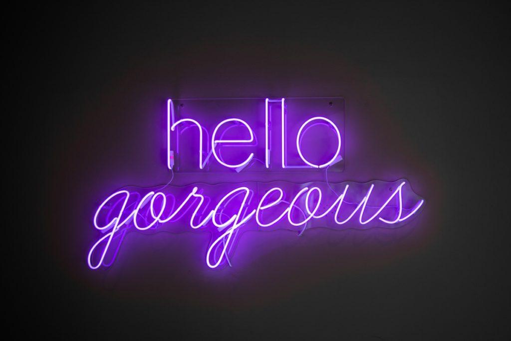 Neon Schrift hello gorgeous in lila