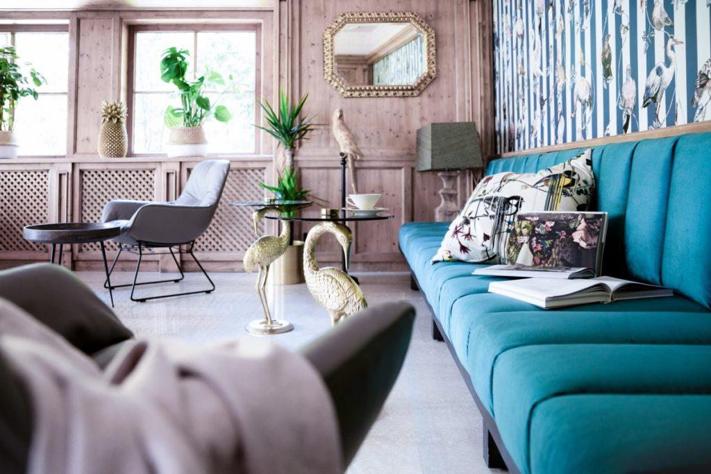 Hotellobby mit Couch und Stühlen und Pflanzen