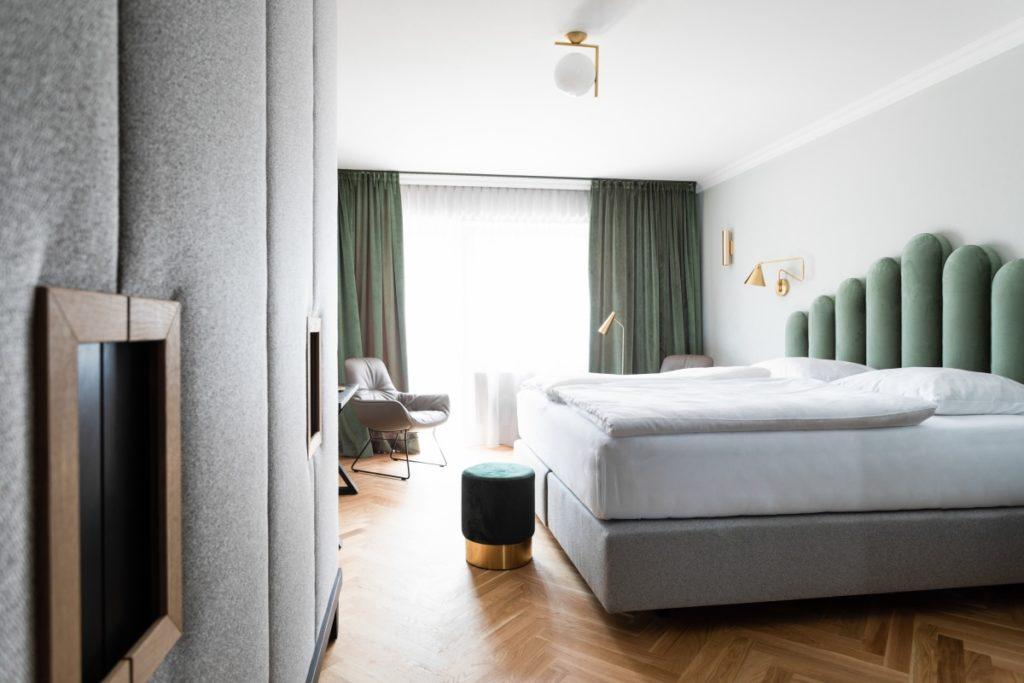 Hotel Zimmer mit Kasten und Bett in mintgrün