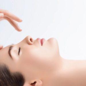 Entspannte Frau bekommt Barbor Gesichtsbehandlung