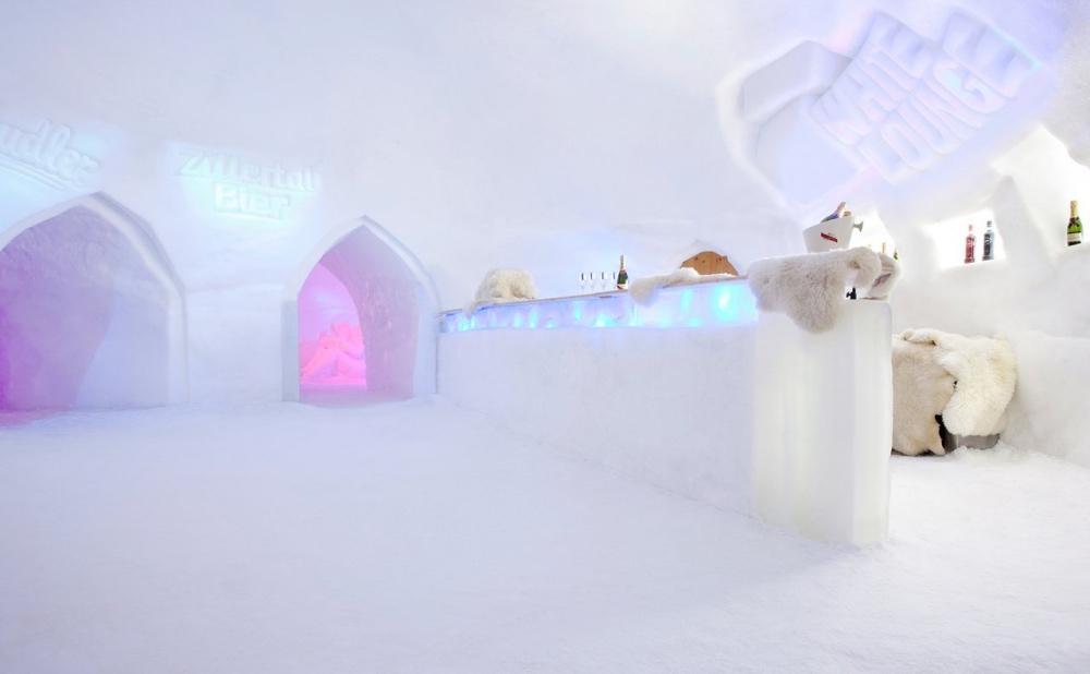 Bar aus Schnee und Eis in einem Iglu