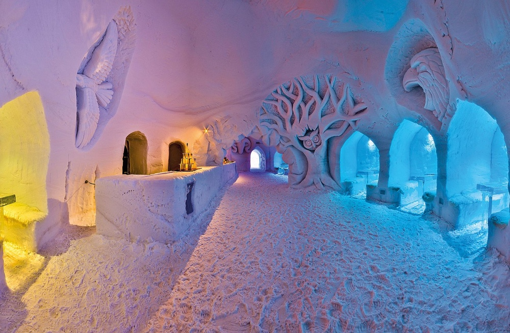 Innenansicht von einem Iglu mit Schneeskulpturen und Eisbar