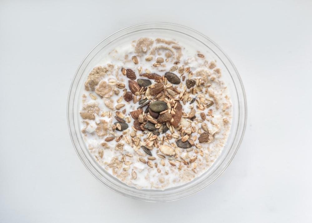 Schüssel mit Joghurt und Müsli, Samen und Körnern zum Frühstücken