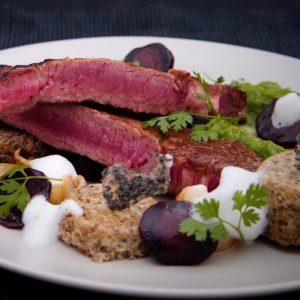 Dinner geschmackvoll angerichtet mit Fleisch und Gemüse