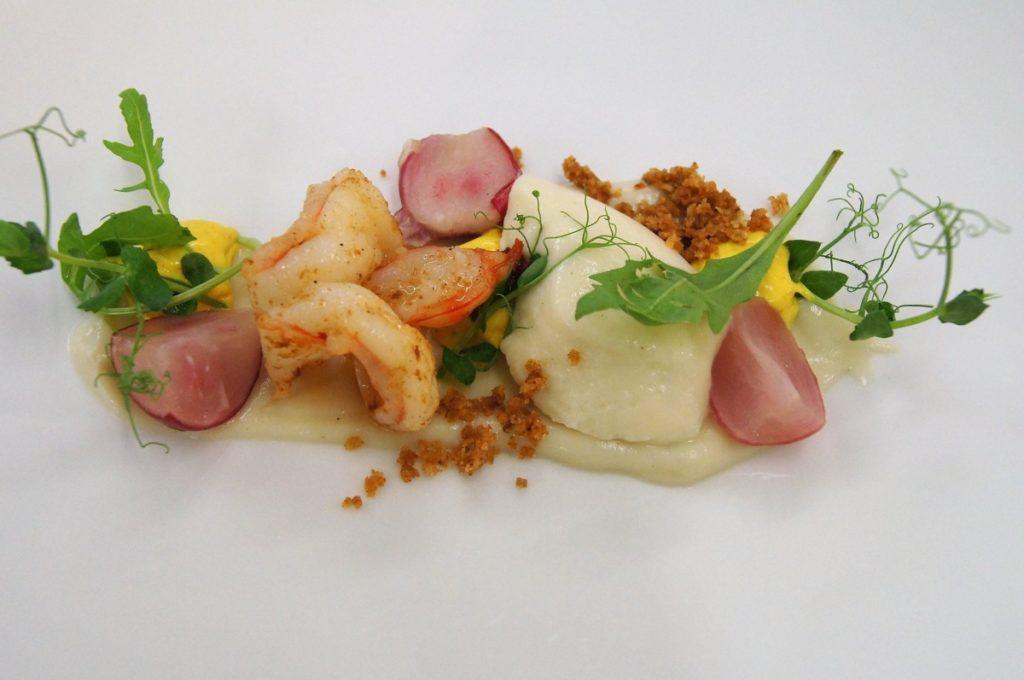 kunstvoll angerichtetes Essen mit Blumenkohl und Garnelen