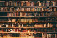 antikes Bücherregal voll mit bücher