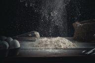 Mann hält Mehl in den Händen